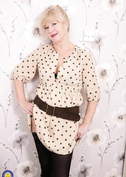 Older British housewife pleasures her pussy wearing black stockings