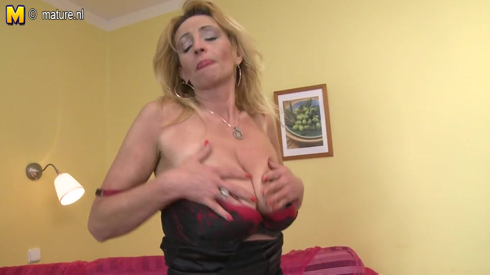 Hot mature dildoing her pussy
